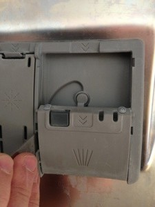 Removing dispenser door of Bosch SHE4AP06UC/06 with a butter knife